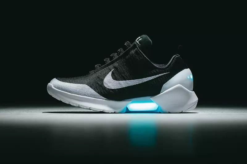 Перше покоління кросівок Nike HyperAdapt з функцією автоматичної шнурівки  були розпродані у вкрай обмеженому обсязі за спеціальними запрошеннями в  кінці ... 83571e42cb378
