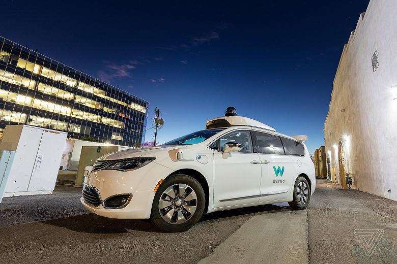 У світі з'явився перший сервіс безпілотних таксі Waymo One
