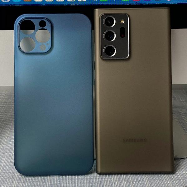 На живом фото сравниваются размеры iPhone 12 Pro Max и Samsung Galaxy Note 20 Ultra