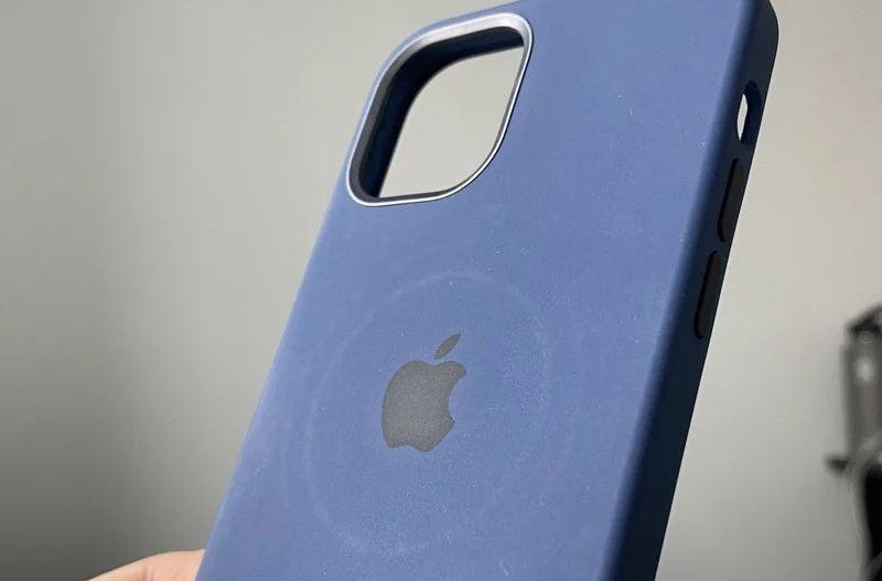 Зарядка MagSafe перегрівається і пропалює чохли на iPhone